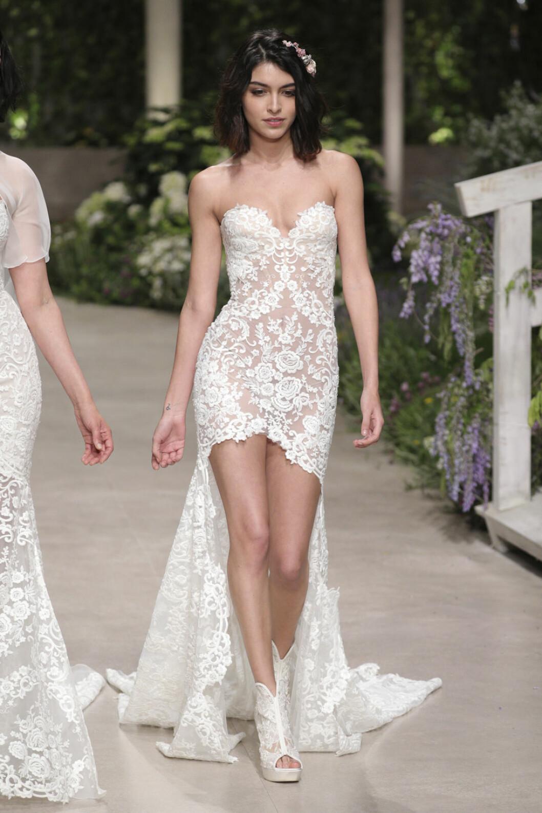 Pronovias kort klänning med ett längre släp