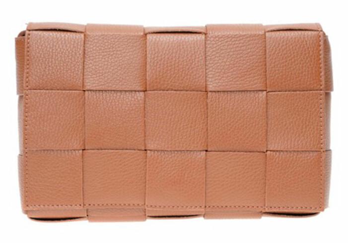 brun flätad väska