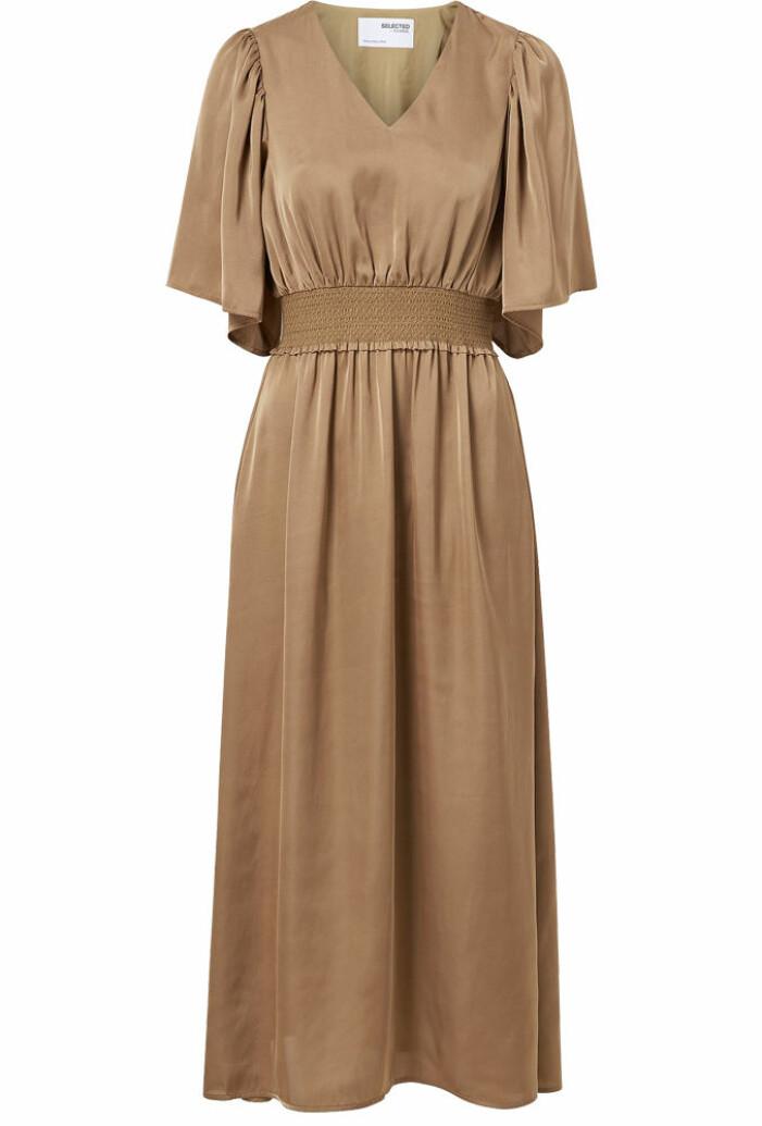 brun lång satinklänning från Selected Femme