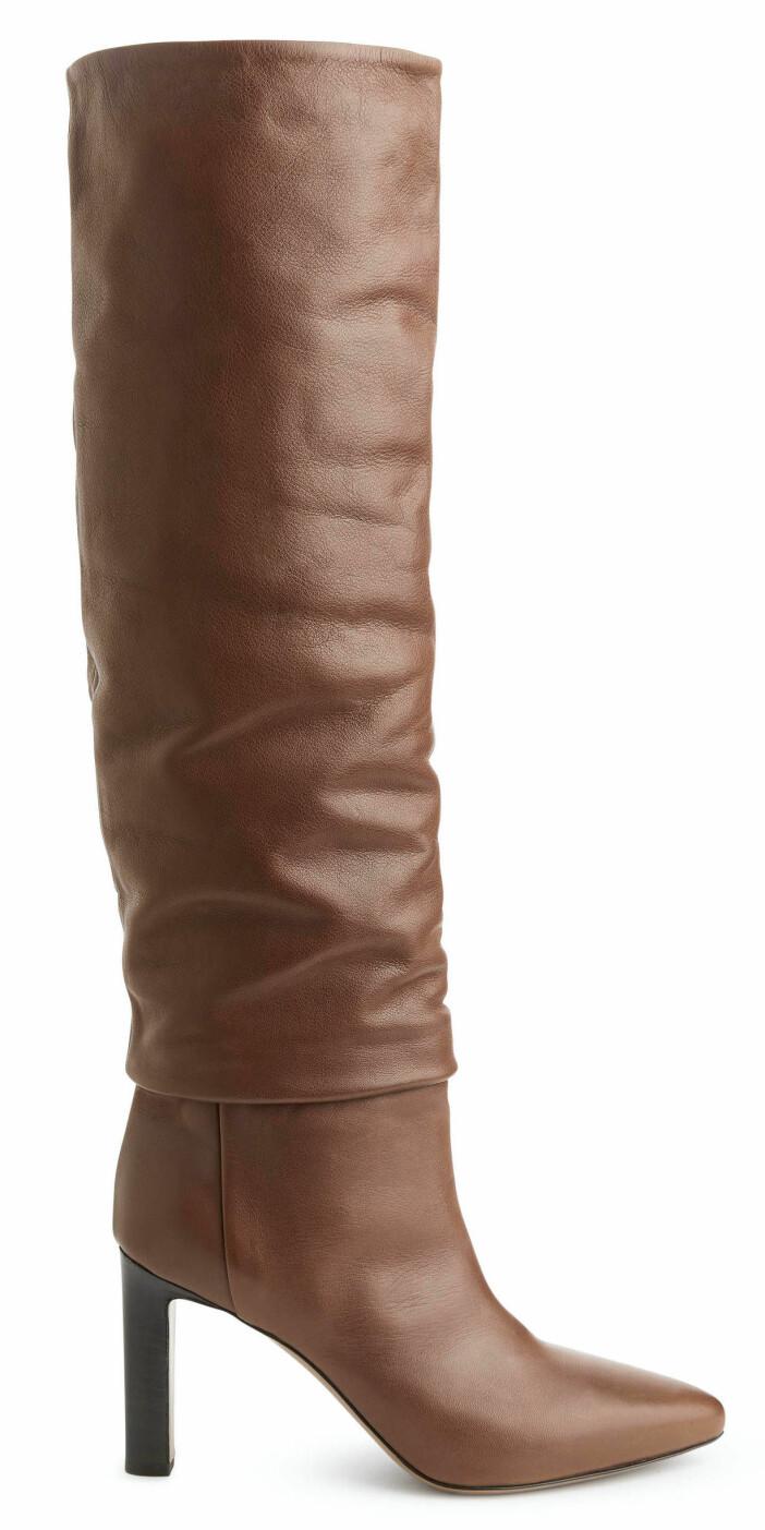 Bruna knähöga stövlar med hög klack.