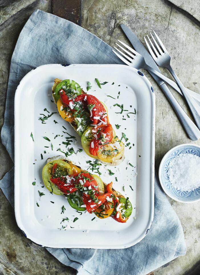 Så grillar du bruschetta med rökgrillad paprika och tomat