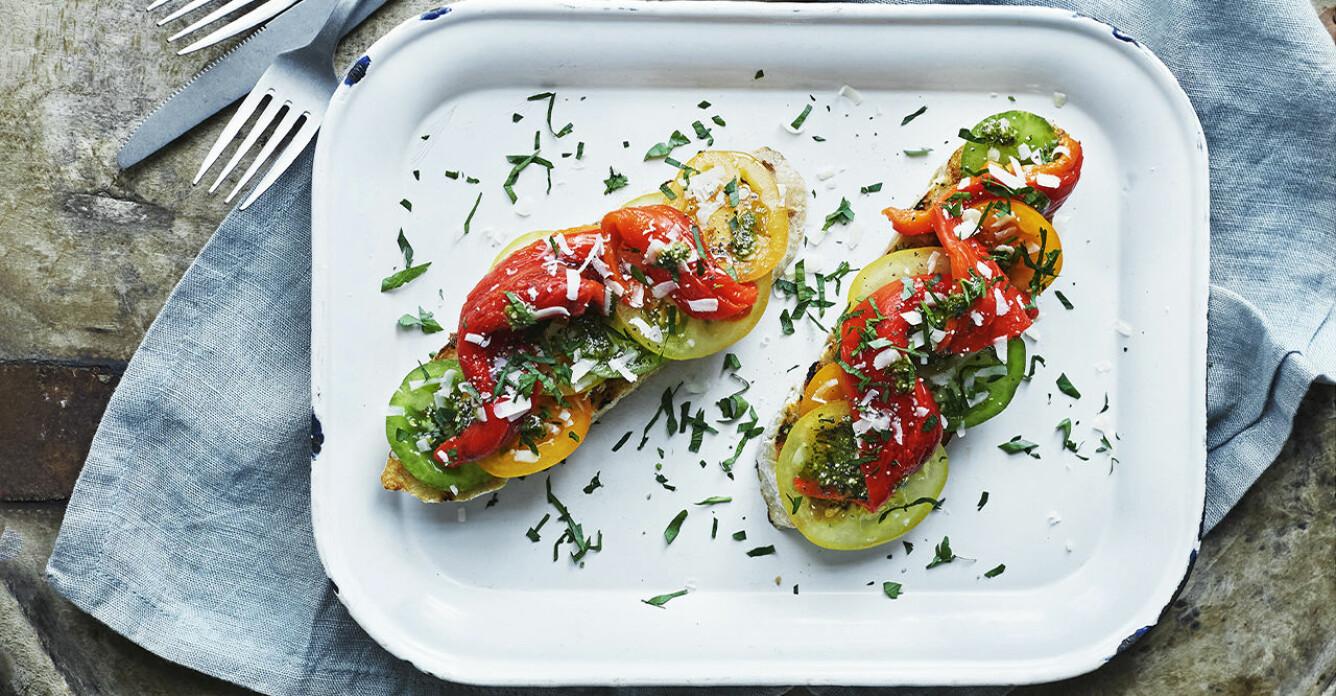 Recept på bruschetta med rökgrillad paprika och tomat