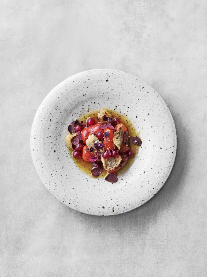 Bjud på bruschetta med tomat och röda vinbär