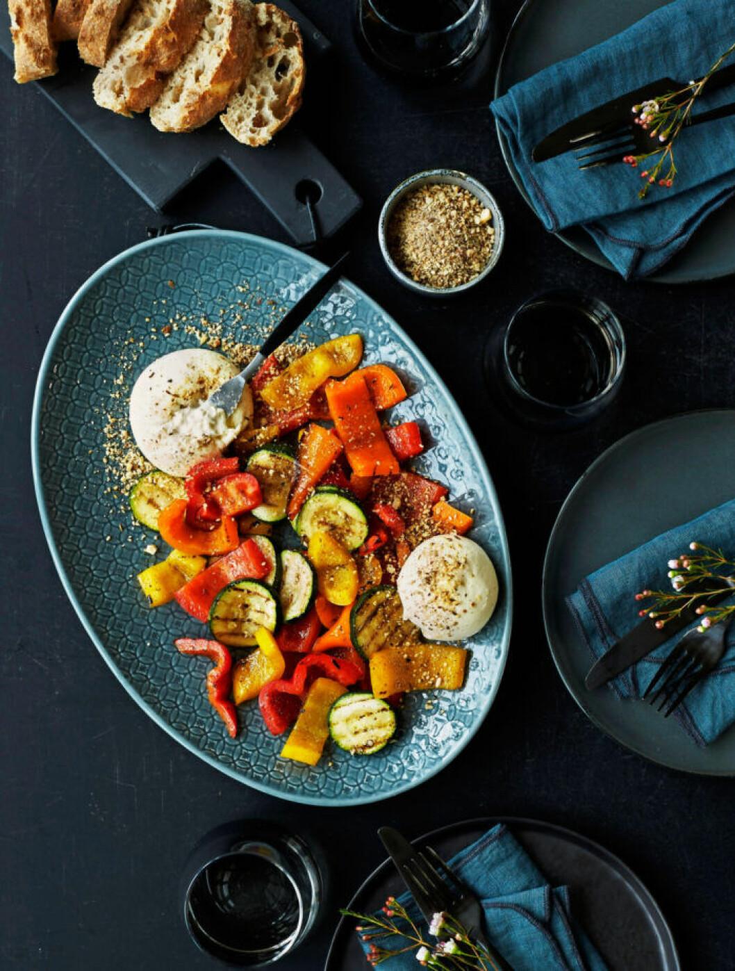 Recept på burrata med grillade grönsaker och dukkah