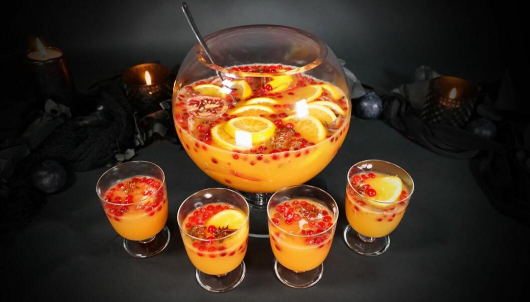 Bål med pumpa, granatäpple och kanelstänger utan alkohol.