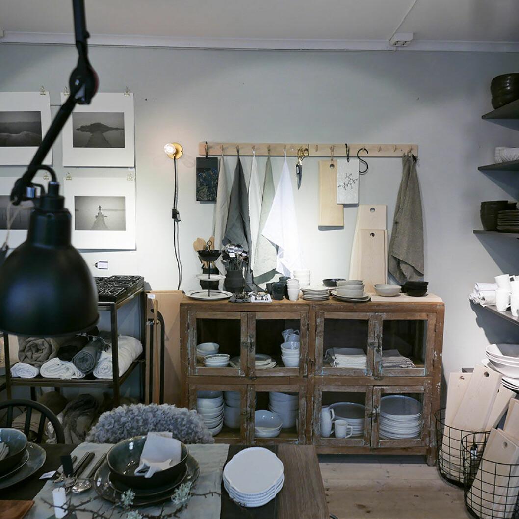 Linnedukar, handdukar och posters i en rustik och välkomnande miljö.