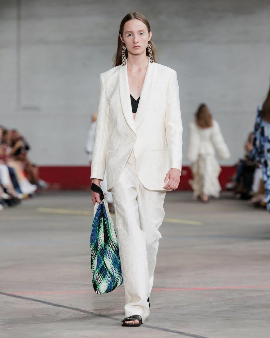 Vit kostym från By Malene Birgers kläduthyrning i Sverige