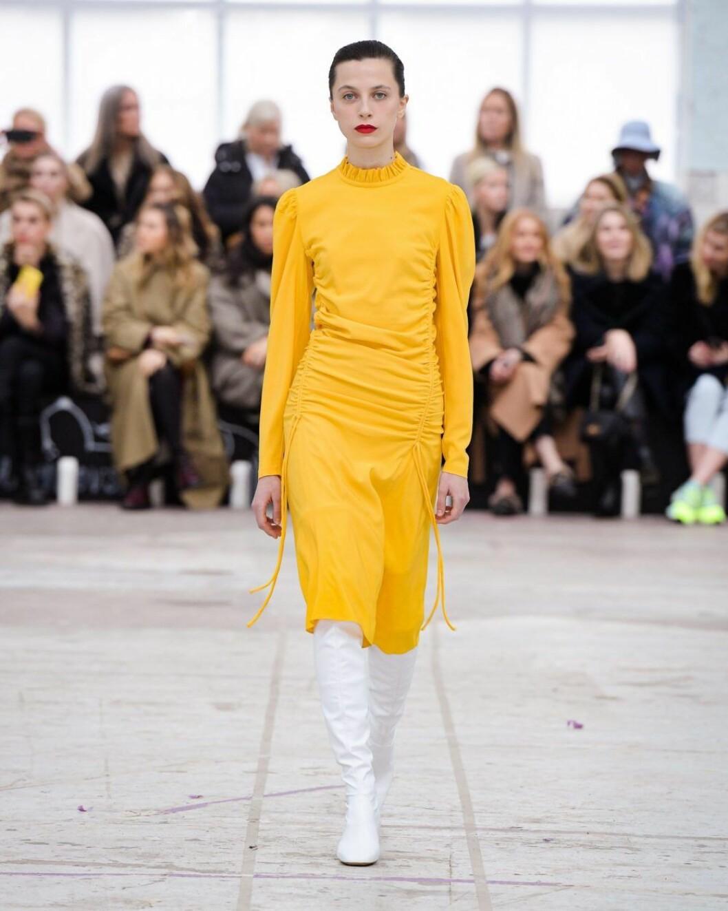 Solgul klänning från By Malene Birger AW20.