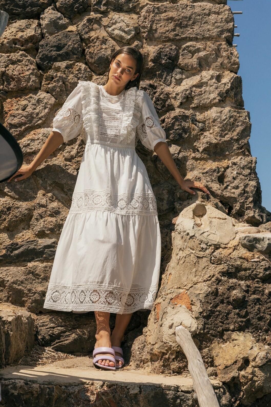 vit klänning från By Malina resort 2021 med puffärmar och broderi.