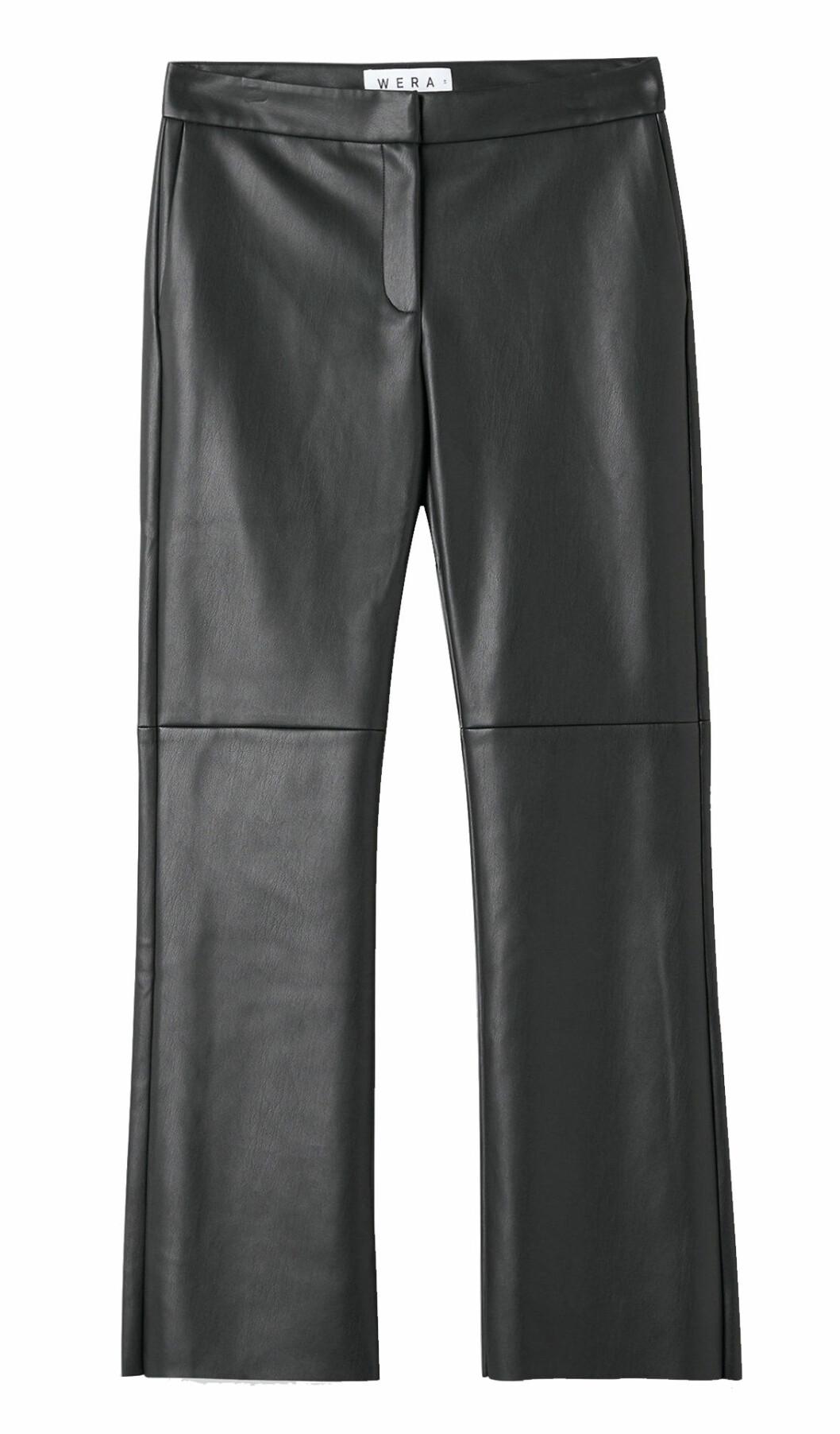 Smickrande byxor i läderimitation och något vida byxben från Wera