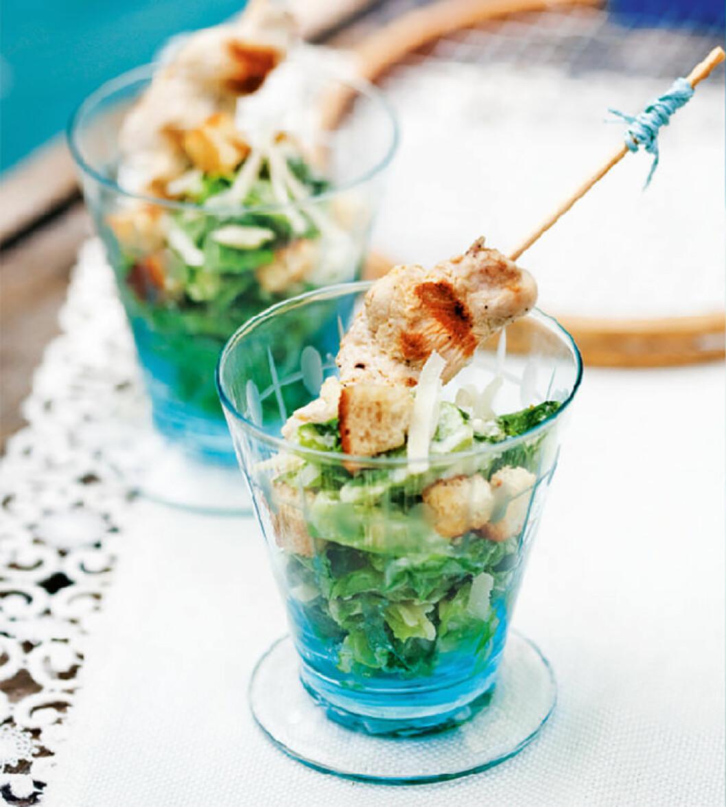 Caesarsallad med kycklingspett i glas.