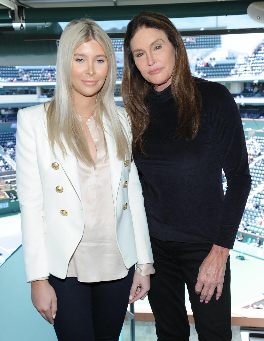 Caitlyn Jenner och Sophia Hutchins står bredvid varandra och tittar in i kameran.