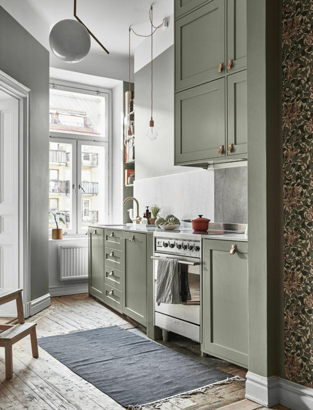 Kök med ljusgröna köksluckor