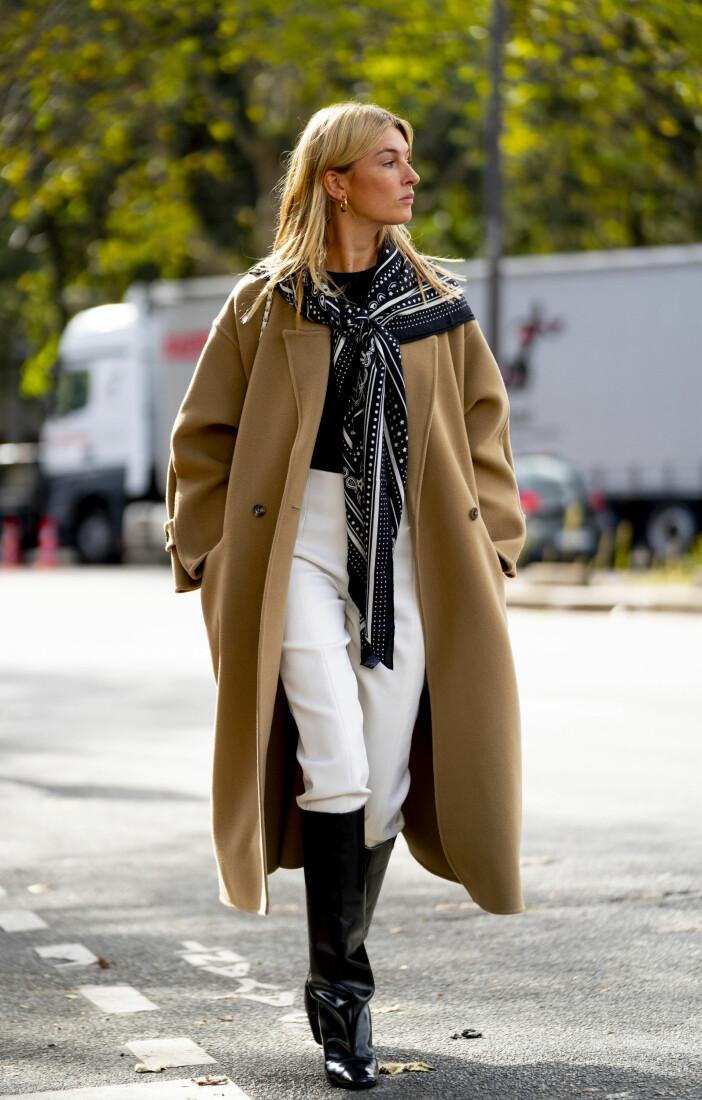 Camille Charriere i en perfekt höstkombination där neutrala nyanser möts i en . Se mer och klicka hem jackan här.