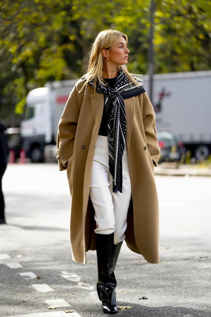 Camille Charriere stylar kappan med neutrala toner som vitt och svart, stilsäkert och snyggt.