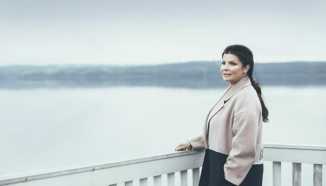 Artisten Carola Häggkvist vid en brygga på Mälaren i närheten av hennes hem i Steninge slottsby