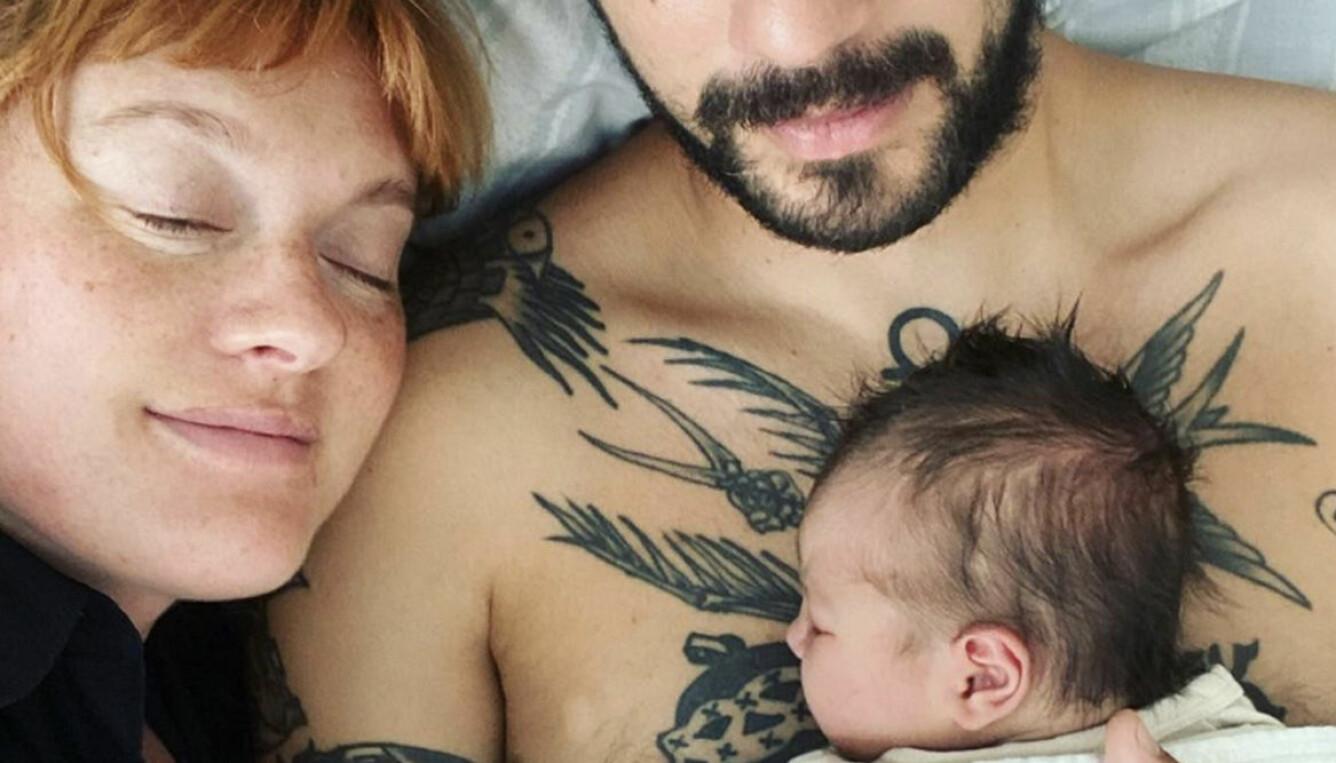 Caroline Hjelt med Yoye och bebisen