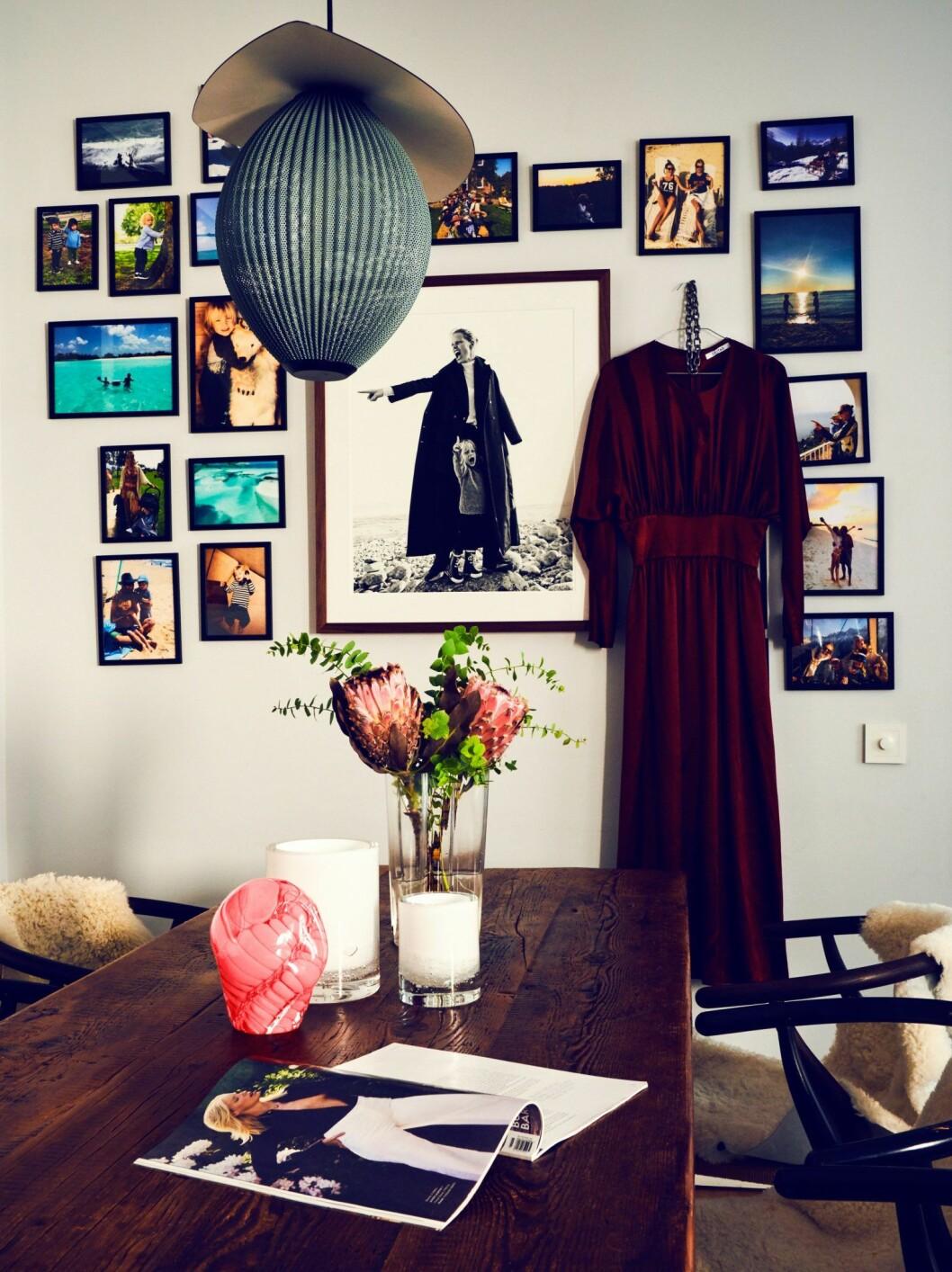 Tavelvägg hemma hos modellen och programledaren Caroline Winberg i Stockholm
