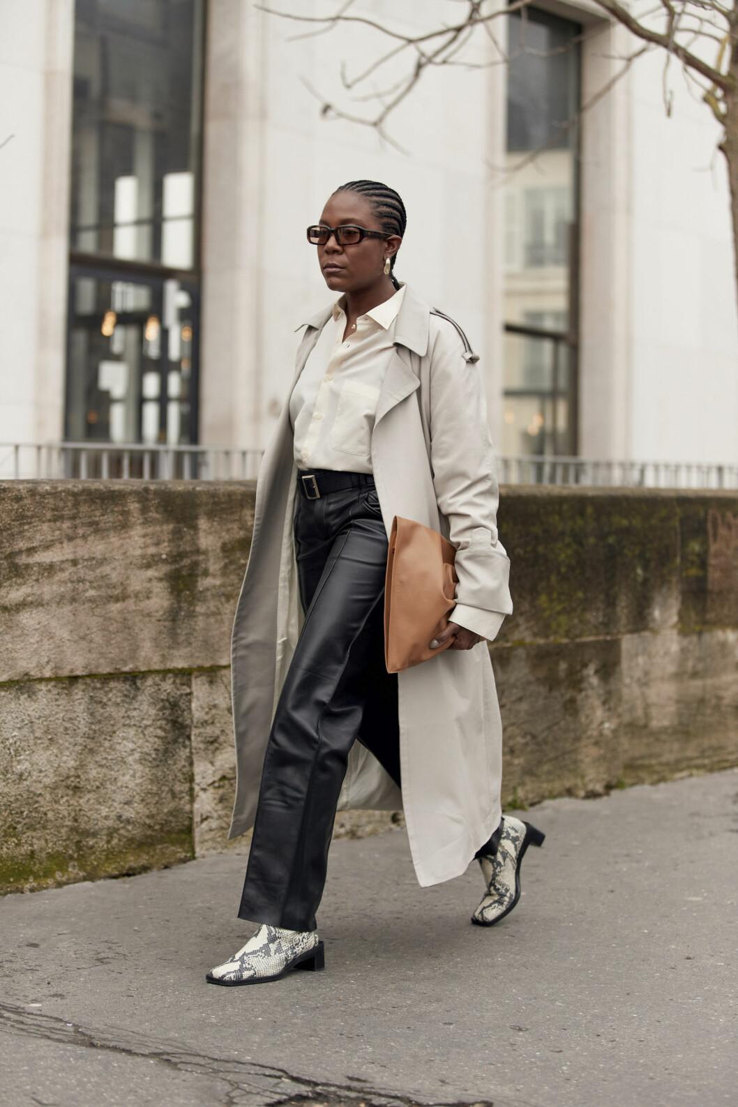 Streetstyle trenchcoat med skinnbyxor och skjorta.