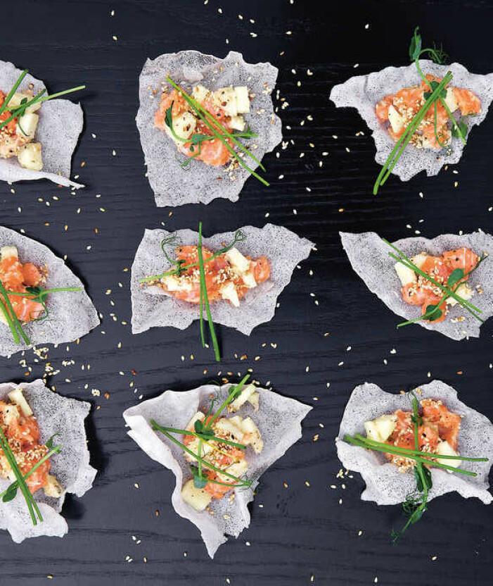 Catarina Königs recept på asiatisk laxtartar på friterat rispapper