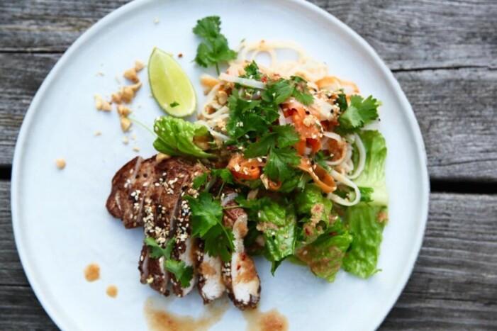 Catarina Königs recept på asiatisk nudelsallad med het majonnäs