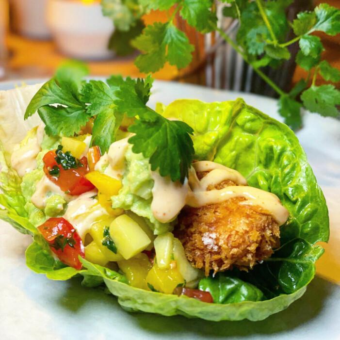 Catarina Königs recept på friterad kyckling i salladsblad med avokadokräm