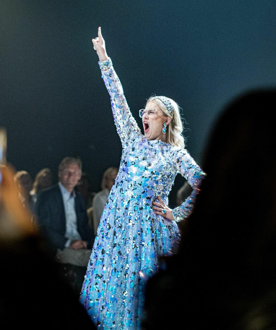 Emma Örtlund i smycken av Caroline Svedbom på catwalken i New York hösten 2019.