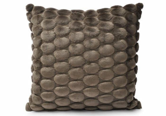 brun kudde säng