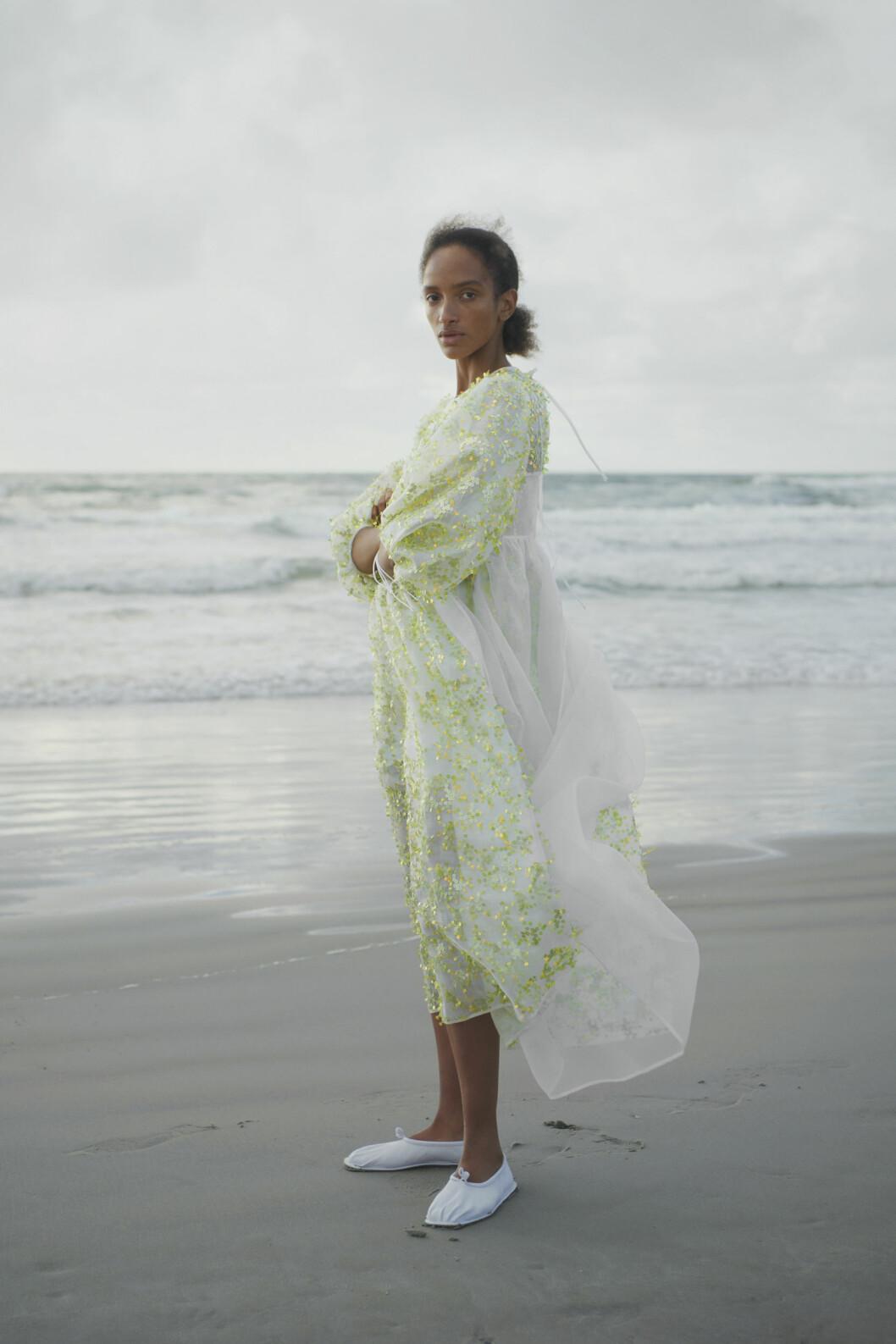 Vita platta skor och puffig grön klänning Cecilie Bahnsen SS21.