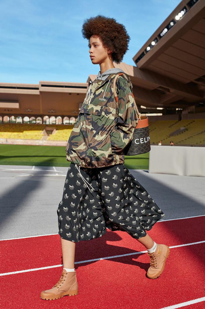 Militärjacka från Celine till en mönstrad kjol
