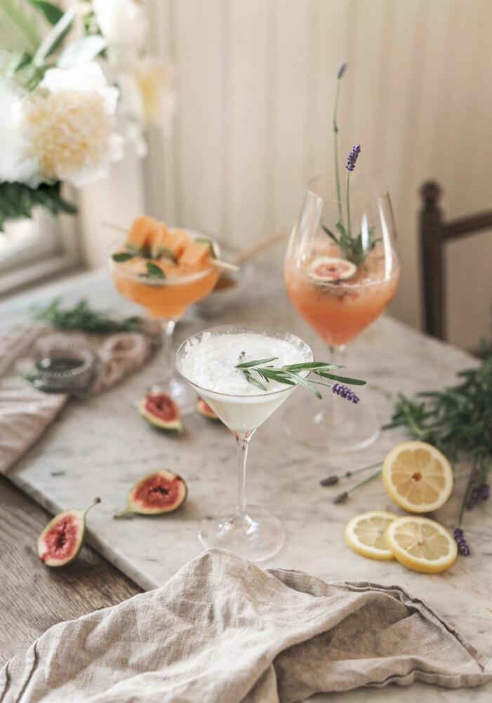 Lyxa till sommarens fester och middagar, dryck med blommor och växter i