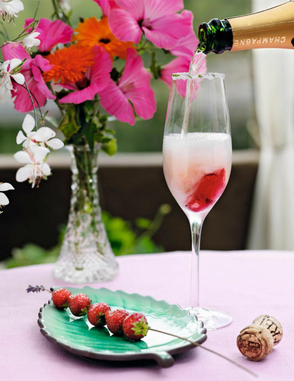 Champagnedrink med jordgubbssorbet.