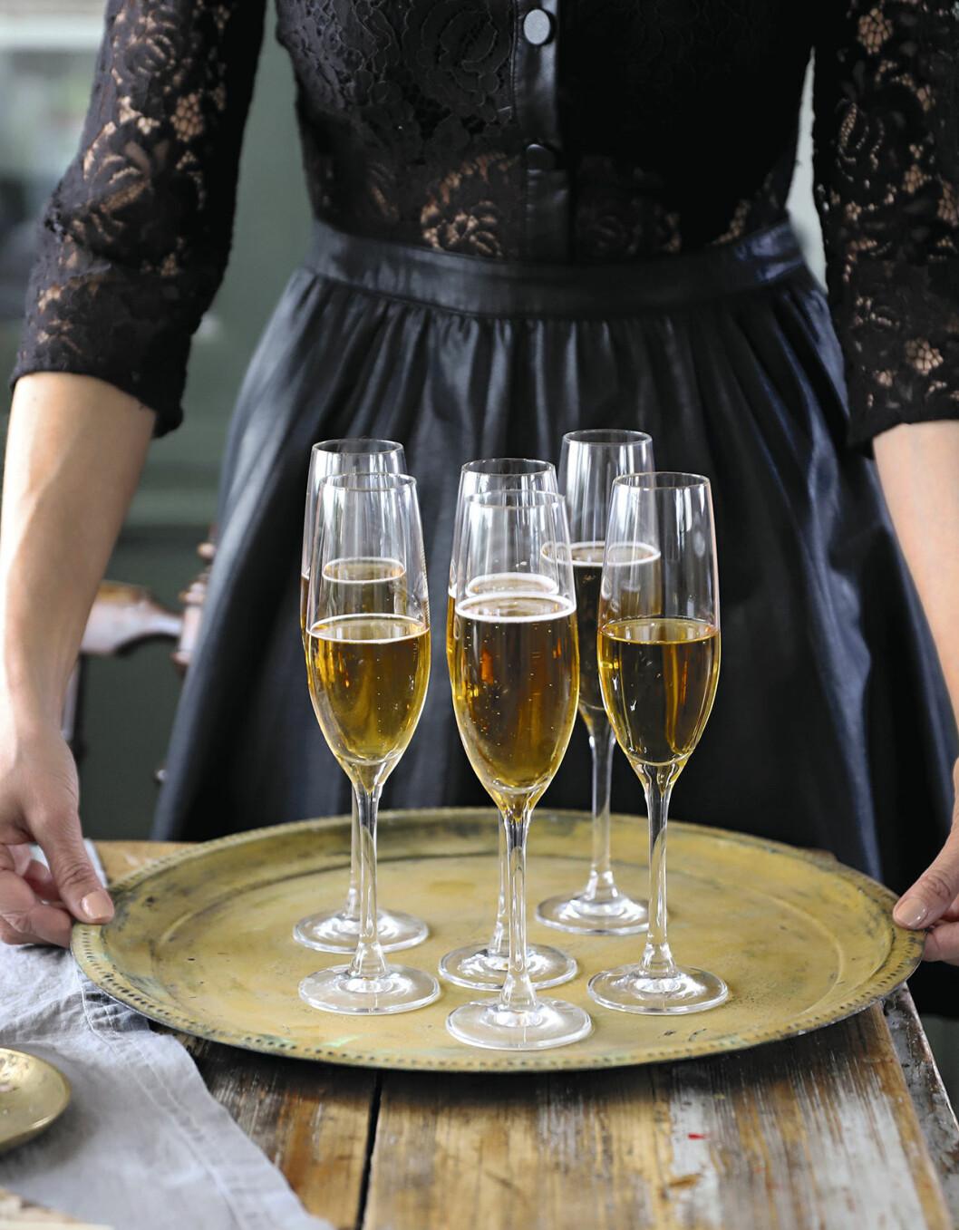 Champagne på bricka