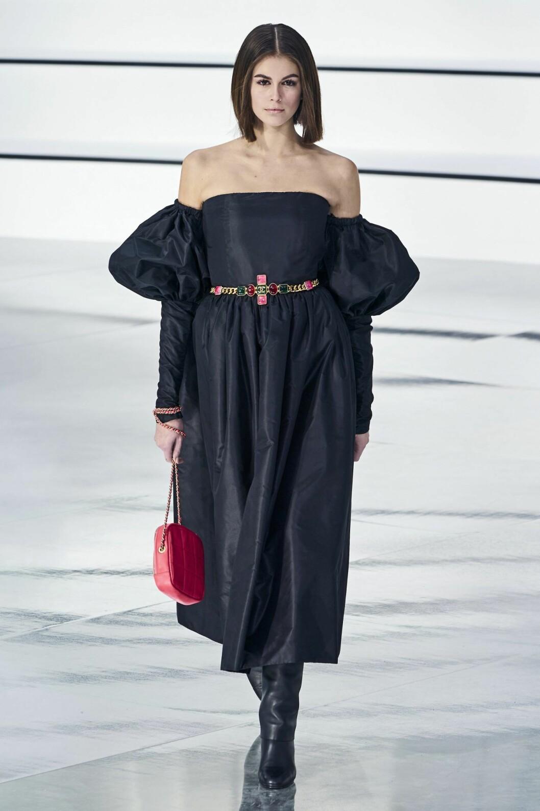 Kaia Gerber i Chanel klänning med volym i ärmarna
