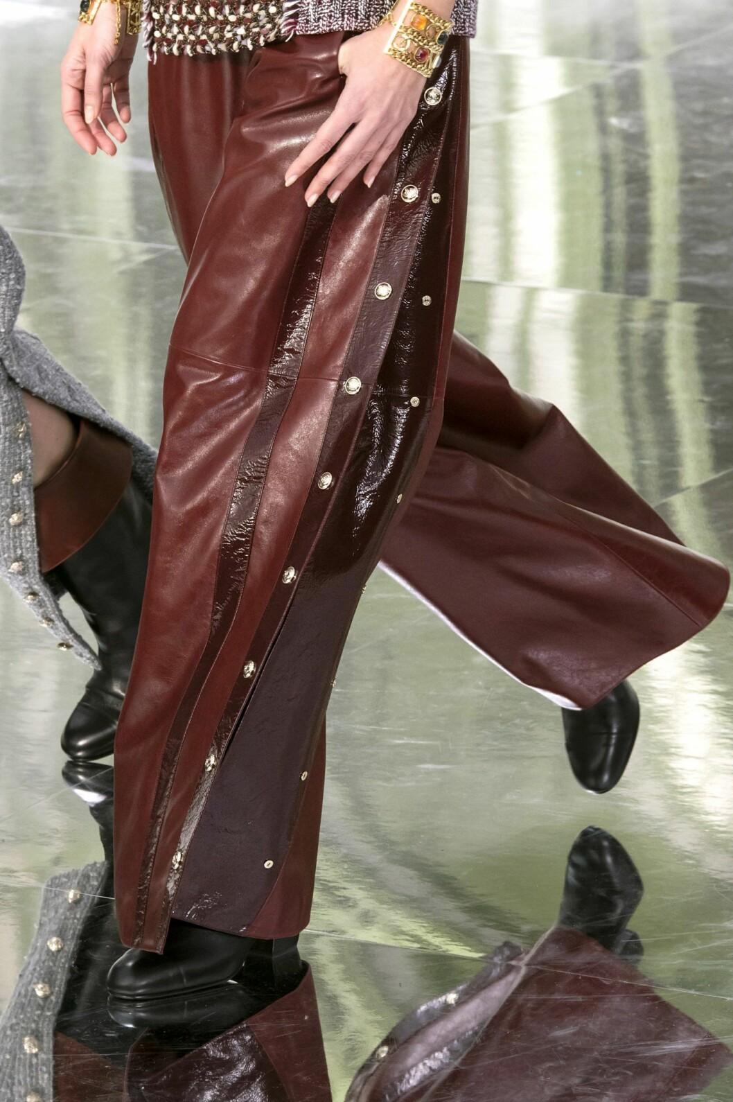 Läderbyxa i blodrött hos Chanel.