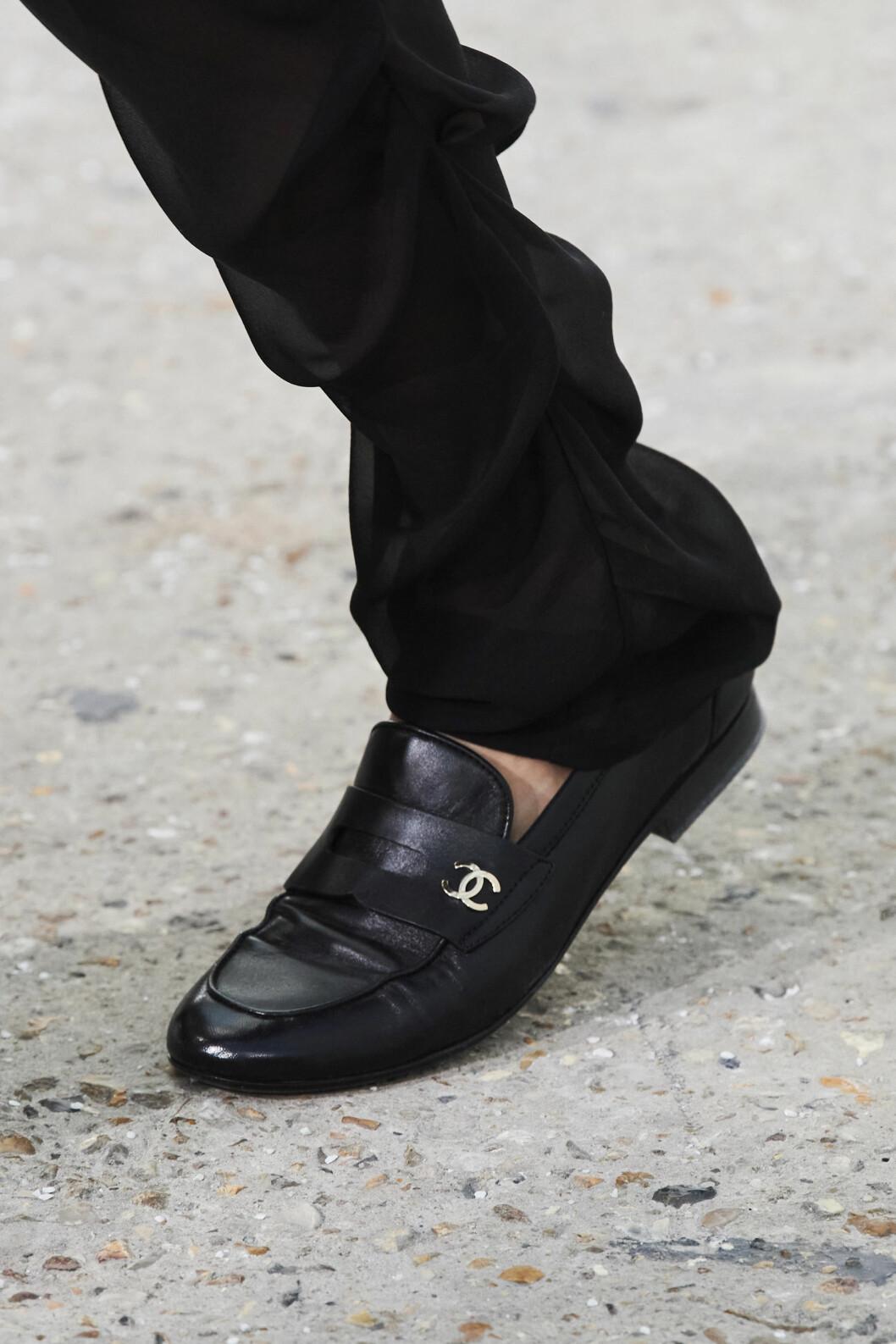 svarta loafers från visningen av Chanel SS21.