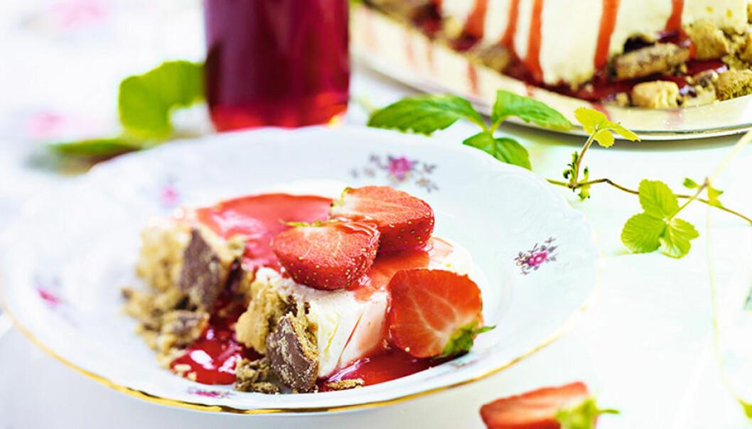 Cheesecake med vit chokladglass och jordgubbssirap.