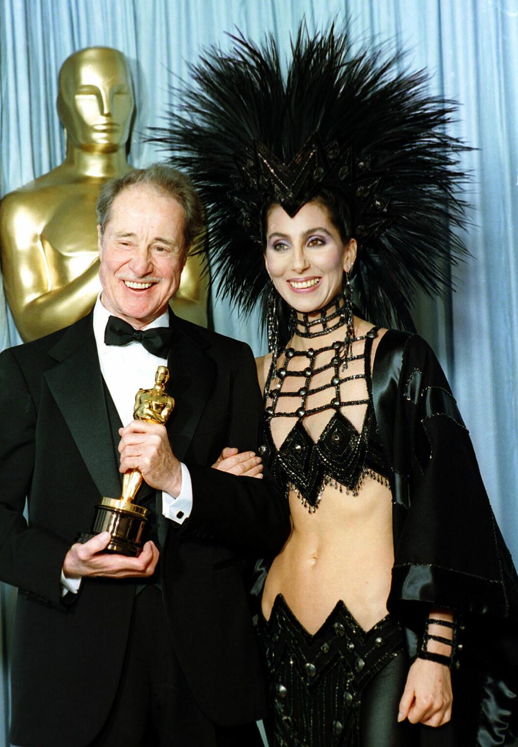 Cher med stor huvudbonad på Oscarsgalan.