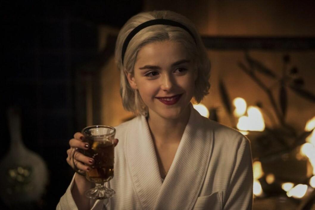 En bild på skådespelerskan Kiernan Shipka, som spelar tonårshäxan Sabrina i Netflix-serien Chilling Adventures of Sabrina.