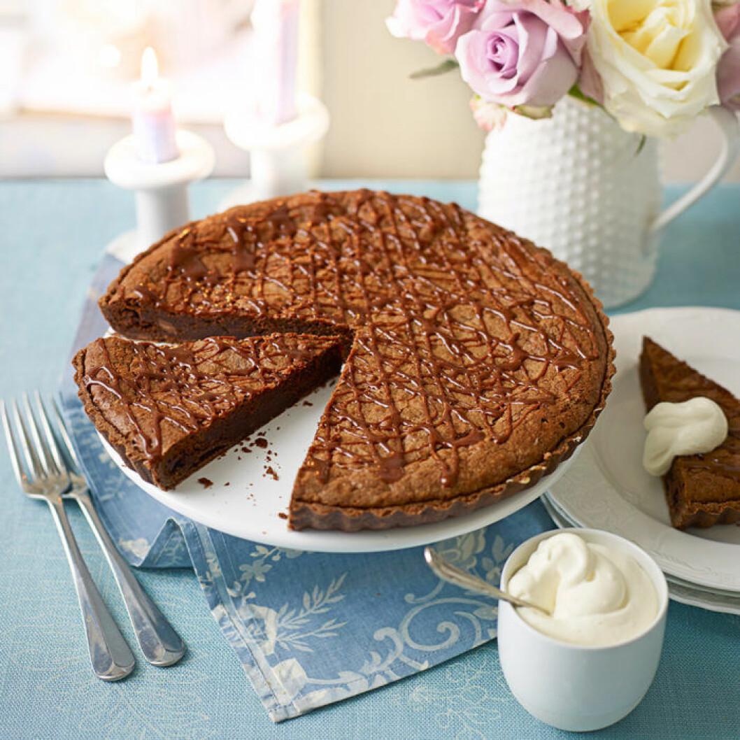 Chokladbrownietårta med likörgrädde.