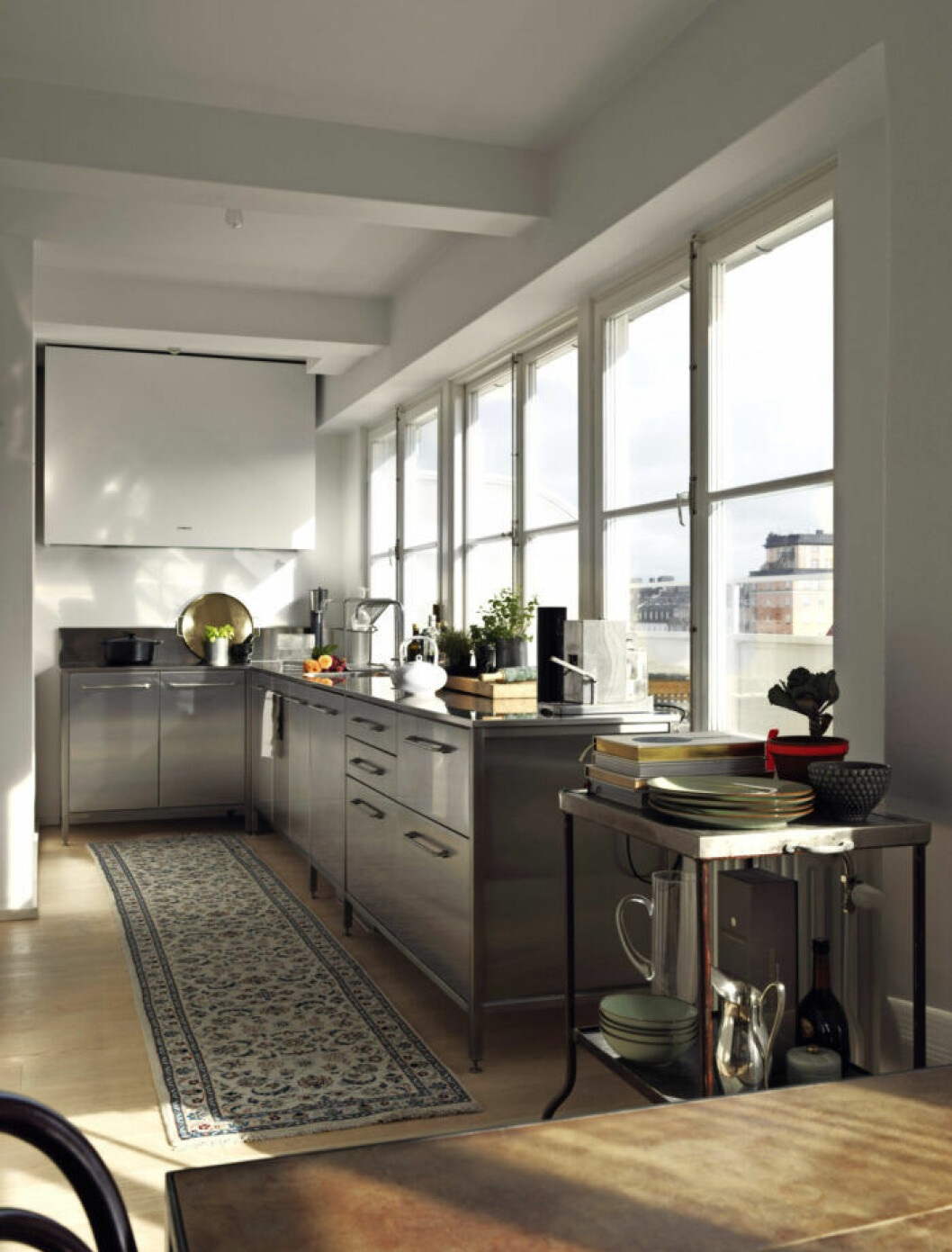 Funktionellt kök i grått med utsikt över takåsarna