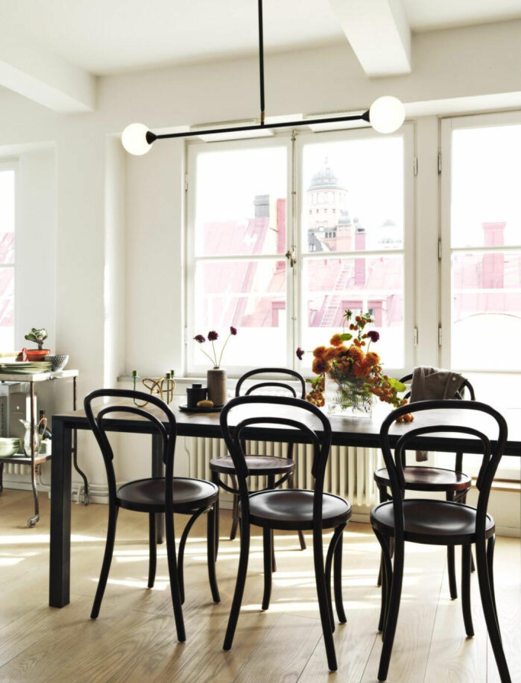 Matplats med matbord i läderskiva och matchande stolar