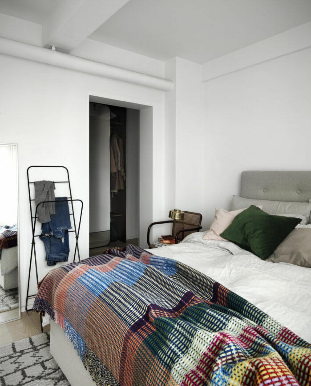 Sovrum med herrbetjänt och färgglada bäddtextilier