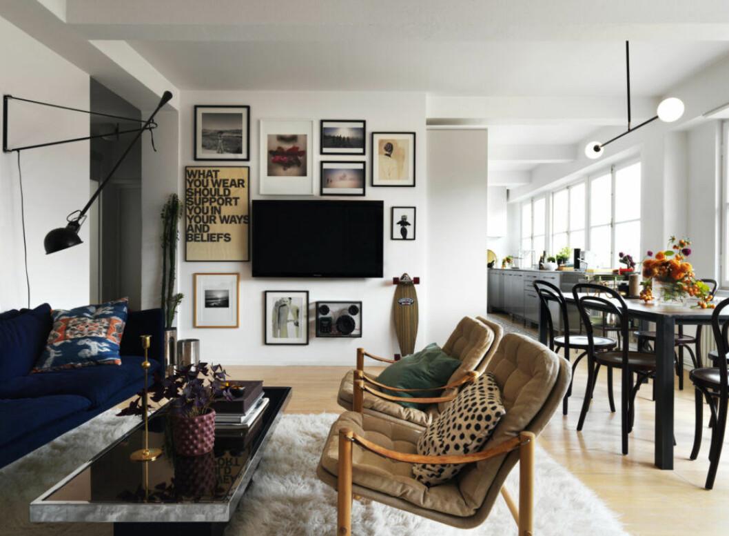 Ombonat vardagsrum med tavelvägg