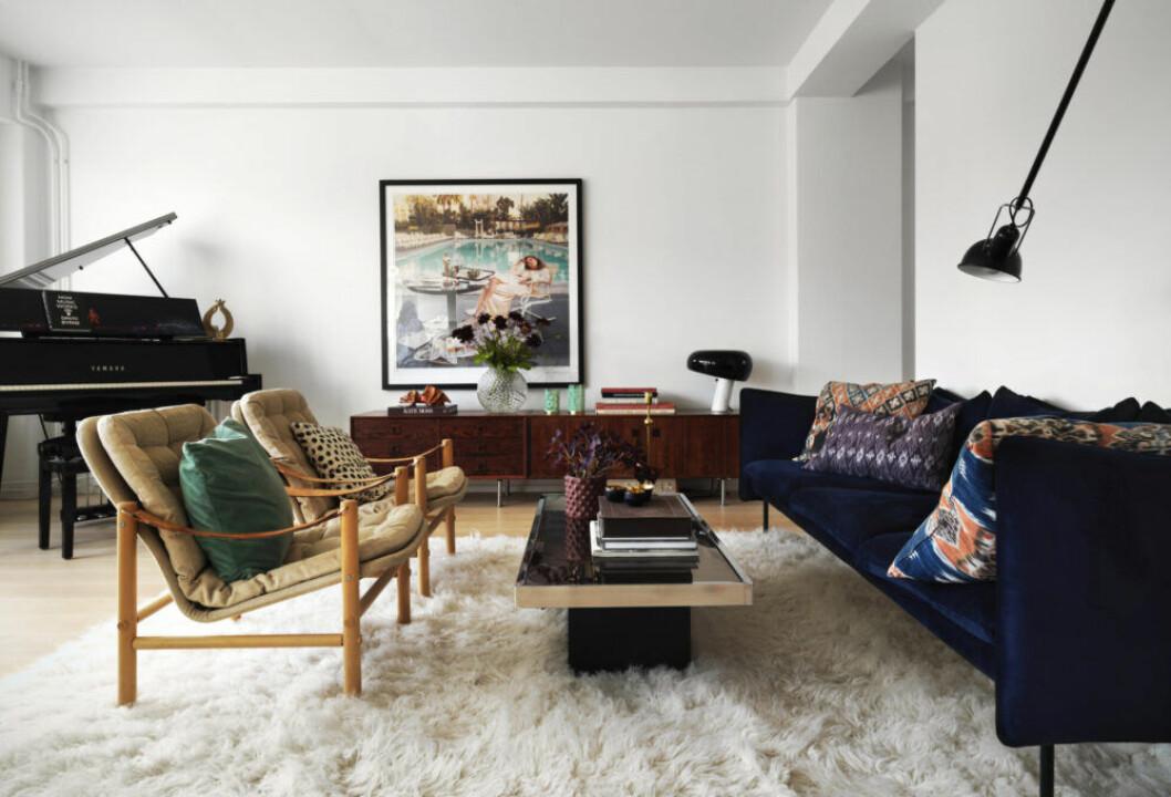 Vacker flygel, vit fluffig matta och färgglada möbler i vardagsrummet