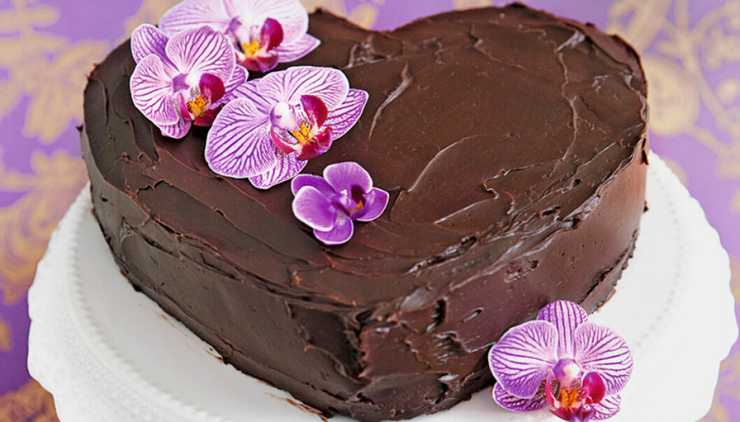Hjärtformad chokladtårta med björnbär.