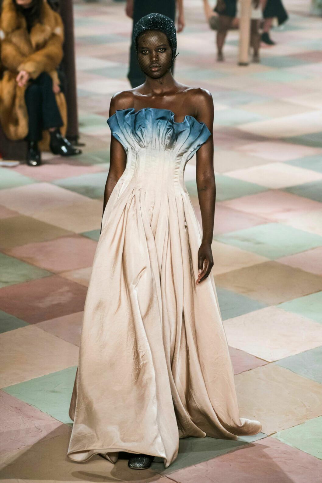 Vacker Dior-klänning i jordnära toner