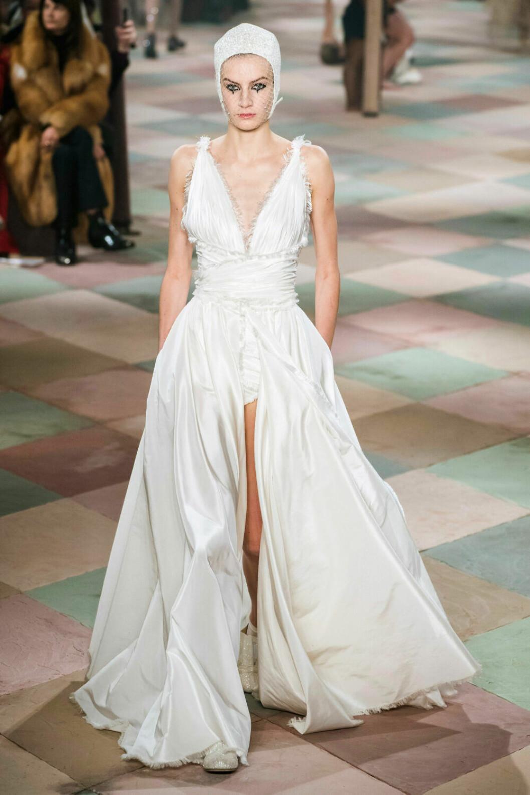 Böljande vit klänning från Dior SS19 haute couture