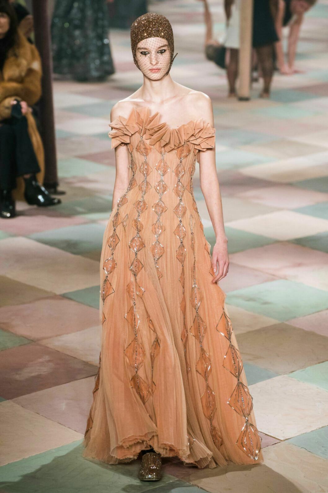 Vacker långklänning i ljusorangea toner på Dior SS19 haute couture