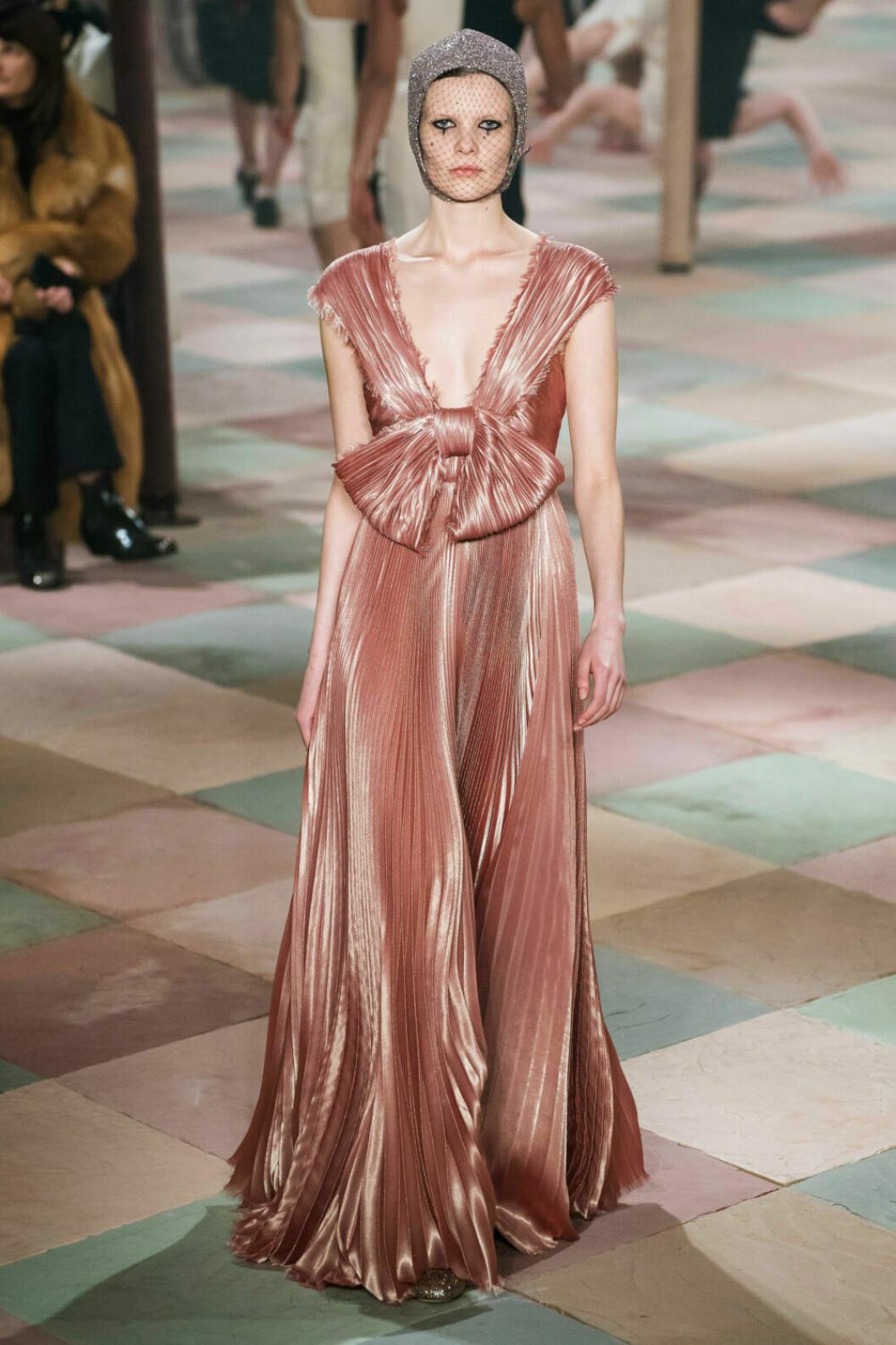 Vacker laxrosa klänning på Diors SS19 haute couture–visning